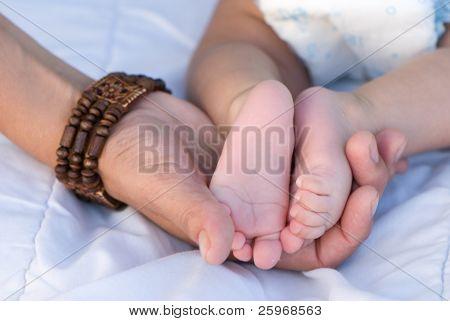 Pernas de crianças por um lado do pai