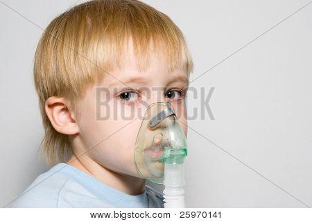 El niño con una máscara en la cara.
