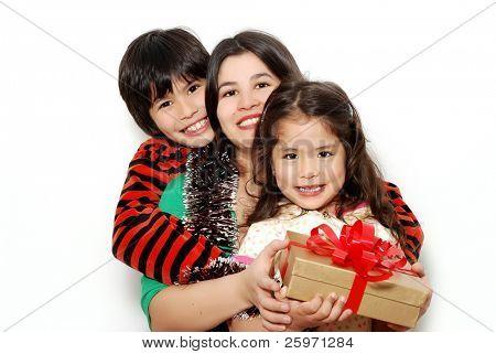 Placeres familiares, la madre, el hijo y la hija sobre un fondo claro
