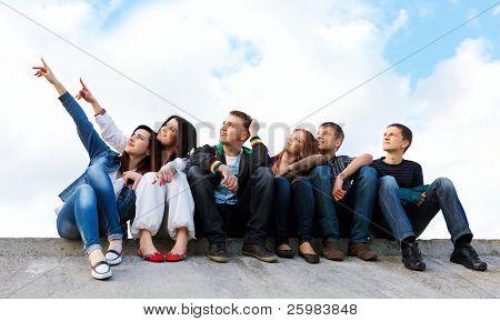 feliz grupo de amigos sorrindo, ao ar livre
