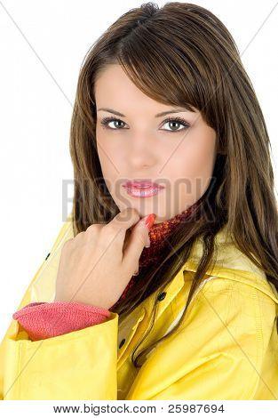 Schöne junge Frau, die in gelb wasserdicht mackintosh