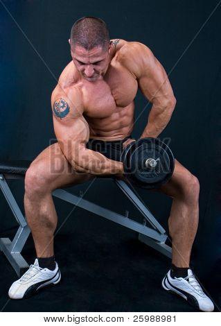 Hombre con una barra de pesas en las manos de formación