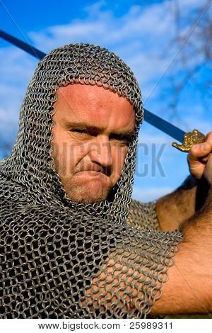 Cavaleiro vestindo armadura e espada