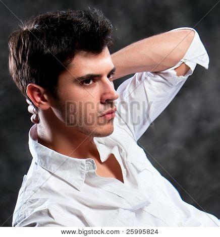 Close-up tiro de um homem macho. Um homem europeu moderno vestido de pano contemporâneo. Ele agora é um profe
