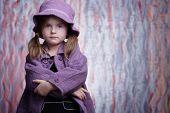 Постер, плакат: Великолепная девочка в фиолетовый пальто смотрит в камеру