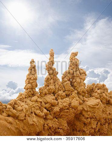 Castillos de arena en el fondo del cielo