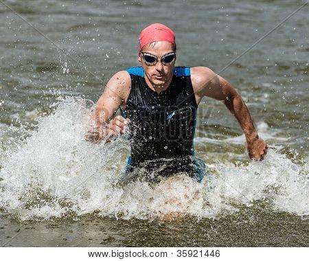 Triathlet aus dem Wasser kommt