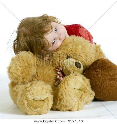 La niña abrazando peluches - Teddy y un mono.