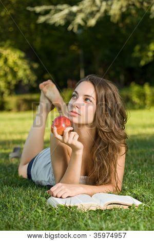 Preciosa joven morena estudiante al aire libre.