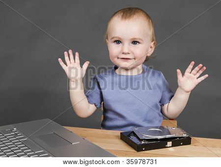 Niño con disco duro abierto