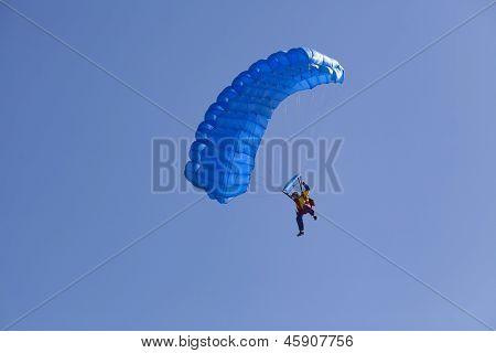 Pára-quedas Flyier no céu azul claro