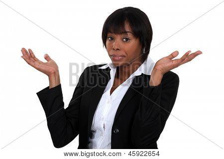 Schwarze Frau, Gestikulieren, dass sie nicht kennt.