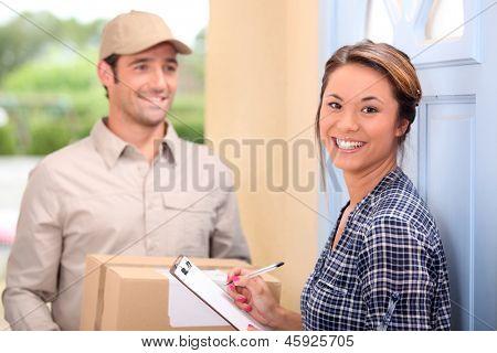 Mujer hombre y joven de la entrega