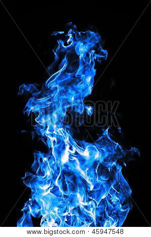 Fuego azul sobre un fondo negro