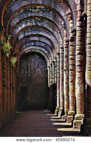 Interior de estilo gótico antigo mosteiro