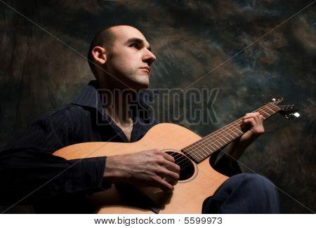Mann akustische Gitarre