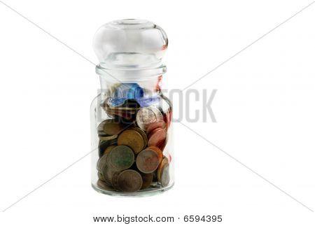 Monedas antiguas en antigua botella