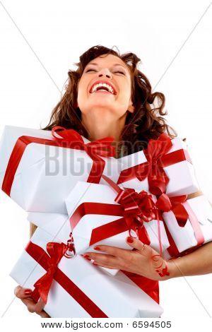 mulher com muitos sacos e caixas de presente