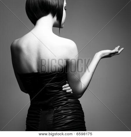 Señora elegante con peinado elegante