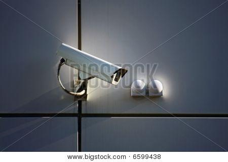 Überwachungskamera an Wand