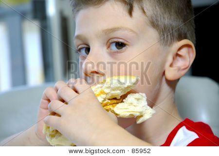 Niño comiendo Sandwich