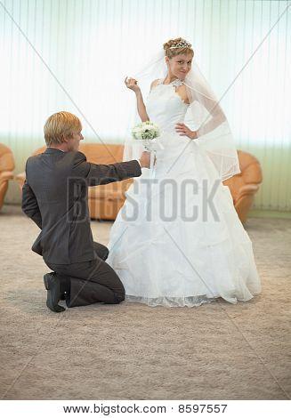 Bräutigam mit der Braut lustige Pose In Halle
