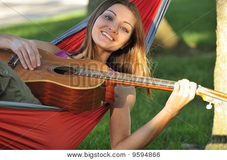 Menina tocando guitarra