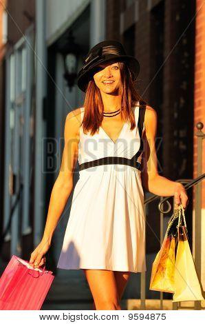 Menina bonita de compras
