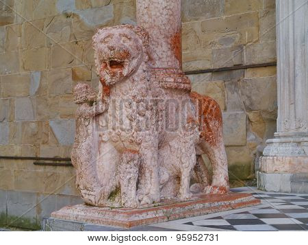 A red marble lion as a waiter in Bergamo