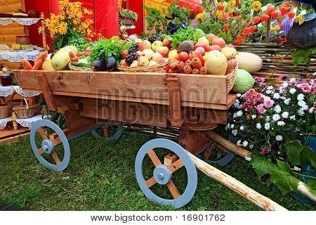 Постер, плакат: овощи в корзине на ярмарке, холст на подрамнике