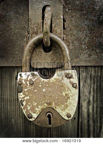 bloqueio de metal antigo sobre a porta de madeira