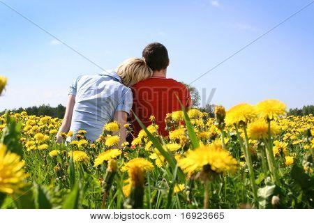 pareja feliz al aire libre