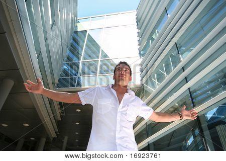 schöner junger Mann in der Nähe von modernen Gebäude