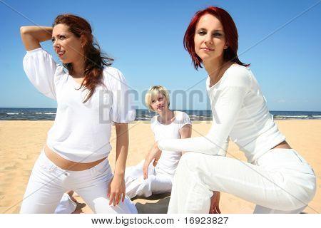 tres chicas lindas relajantes en la playa