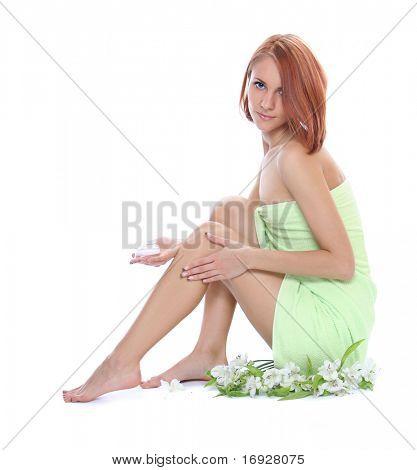 bella joven cuidando sus piernas