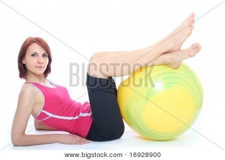Junge Frau mit einem Fit Ball trainieren