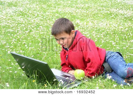 lindo niño con ordenador portátil