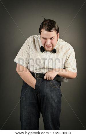 exzentrische lustiger Kerl auf dunklem Hintergrund