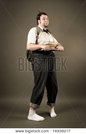 lustige exzentrischen Mann auf dunklem Hintergrund