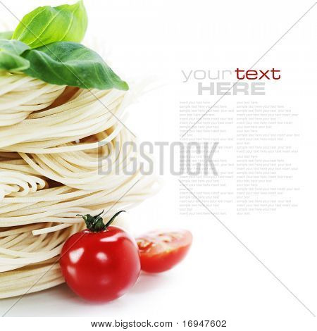 Pasta Italiana con tomate y albahaca sobre un fondo blanco con texto de muestra