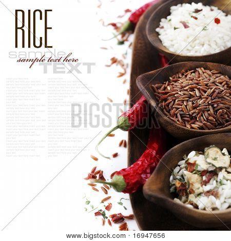 Schalen von rohem Reis weiß mit Beispieltext