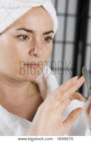 Jovem fazendo as unhas