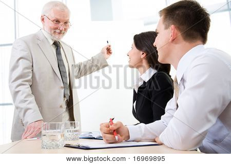 Tres empresarios escuchando un altavoz