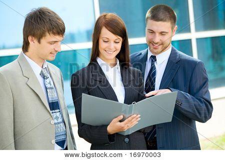 die Business-Frauen unterzeichnet eine Vereinbarung mit ihren Partnern