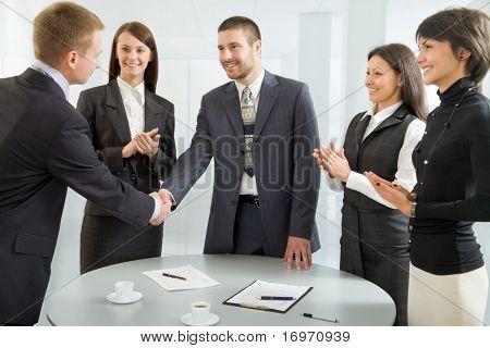 Empresarios estrecharme la mano luego de exitosas negociaciones