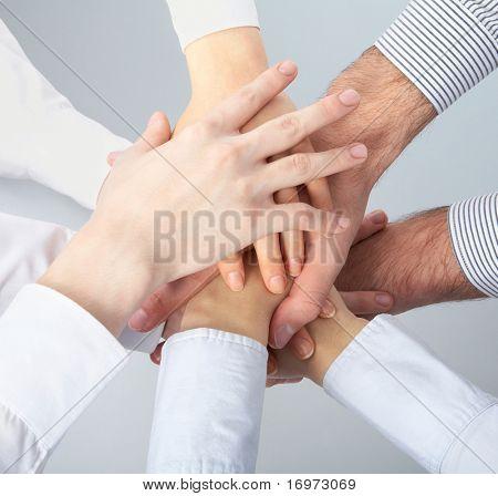 Handen op elkaar. Symbolische foto.