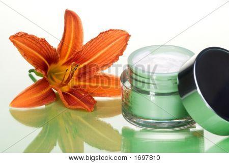 Gesichtscreme und Blumen