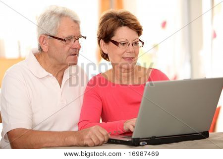 Closeup of senior Couple online Einkäufen