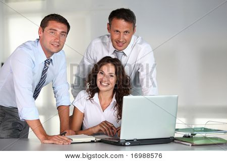 Pessoas de negócios em uma reunião de trabalho no escritório