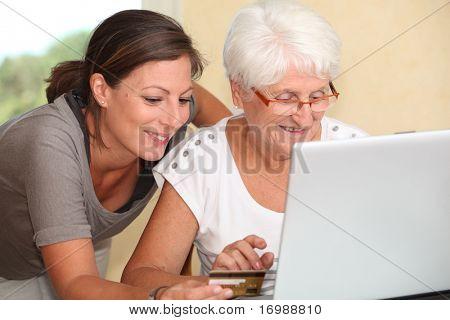 Mulher idosa e jovem mulher de compras na internet